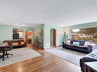 Quiet Comfy 2 BR Home In South Bend, Minutes From Notre Dame! Pet Friendly!