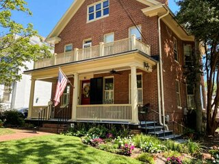 New - Gorgeous downtown Annapolis home with parking for days!