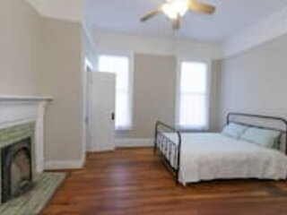 The Sunny Southern Manse Back Walk Downtown, vacation rental in Columbus