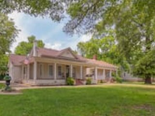Wrap-Around Porch Uptown Stay-Pets Welcome!, vacation rental in Columbus
