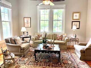 Izzy's Victorian Cottage in Upscale Old Town Georgetown, Texas