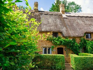 Lily Cottage, Great Tew - sleeps 3 guests  in 2 bedrooms