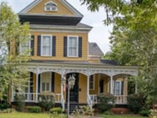 Goldfinch Mansion Historic Luxury on the Park, vacation rental in Columbus