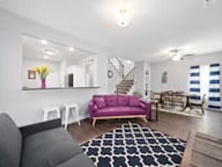 The Navy Nestler Bright & Stylish Near Downtown, holiday rental in Southside