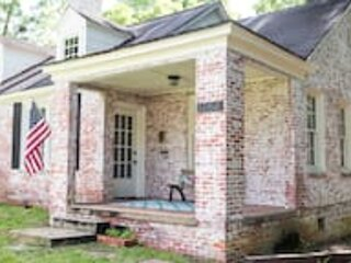 Charming Capital Cottage-Near Downtown Duplex, holiday rental in Elmore
