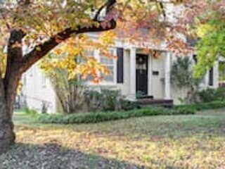 The Executive Retreat Charm, History, Comfort, holiday rental in Huntsville