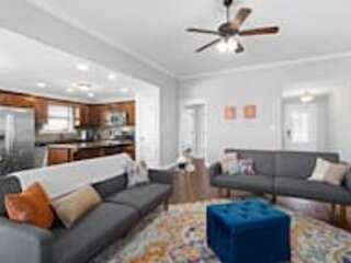 Bright & Dreamy Home Away From Home w Deck & Yard, holiday rental in Southside