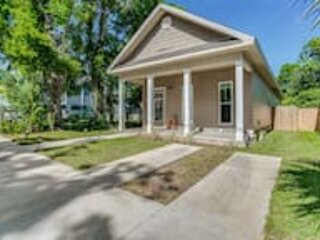 Beach Flow Bungalow-Mins to Downtown-Dining-Base, holiday rental in Brent