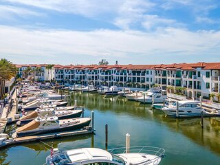 Family 3BR/2BA Unit, 3 Pools, Tennis, Marina, Access to all Amenities