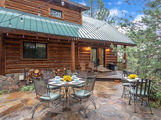 Cabin in The Pines! 3 Levels, Family Game Room, Private Patio, Sweeping Forest V