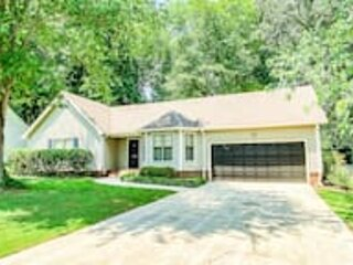 Betty's Bungalow- Mins to Space Center & Downtown!, holiday rental in Meridianville