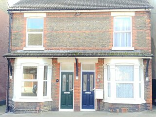 3-Bed house with Superfast Wi-FI, DW Lettings 15VR