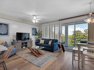 Posh Upscale Condo,Steps Baytowne Wharf, King-Suite,Balcony,Pool,Hot Tub,Tram