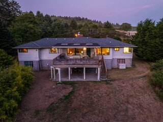 Rustic Lake House, Private Sandy Beach, Hot Tub, Pool Table, Fire-Pit, Fishing,