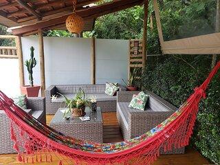 Casa com piscina aquecida e churrasq em Massaguacu