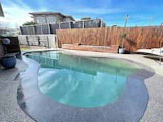 Sunset Ocean Views with Hot tub,Pool,WIFI,Sleeps 6, holiday rental in North Geelong