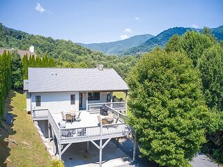 3 BD 3 BA Luxurious Chalet Easy Access, Views, Large Deck, WiFi, Game Room