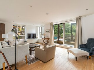 Stylish 2-bed flat w/ waterside balcony in Richmond, South West London