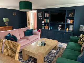 NEW QUIRKY COACH HOUSE, HOT TUB, PARKING, PRIVATE GARDEN, SLEEPS 7