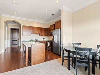 West Home- Midtown Cozy Condo with Pool and Gym!