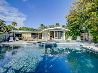 Updated Home, Heated Saltwater Pool/Spa, Sits on a small lake, 6 min Bike Ride t