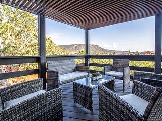 Sleek Sedona Abode w/Hot Tub, Deck & Optional Chef