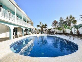 LARGE,Pool, pool table, Arcade, Golf Carts, 6 Kayaks, 6000sqft!  NEW hot tub!