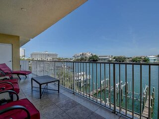 Waterfront Family Friendly Beauty, Gourmet Kitchen, Huge Balcony, Pool, 3 Full B