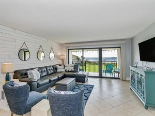 Newly Updated Condo - Great Views - Walk to Beach and Peg Leg Pete's - Huge Pool