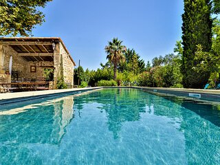 Awesome home in Tarascon with Outdoor swimming pool, WiFi and 7 Bedrooms (FPB425