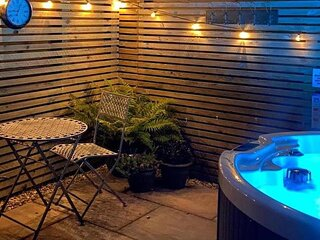 Rinstone Lodge - New luxury cottage with hot tub, Thornton Le Dale