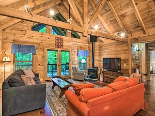 NEW! Spacious Pet-Friendly Cabin in Sky Valley!