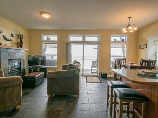 Boundless Ocean Views From Home and Hot Tub, Pet Friendly, Private Deck, Firepla