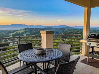 Come love the Panoramic VIEWS*LOVE VIEW! Spacious 2-K BRs/Jacuzzi/Pool Across St