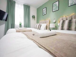 City Centre Stay Sleeps 5 with Gated Parking