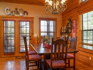 Family Friendly Cabin - 2BR + Loft with Bunk Beds, Gas Fireplace, and more!