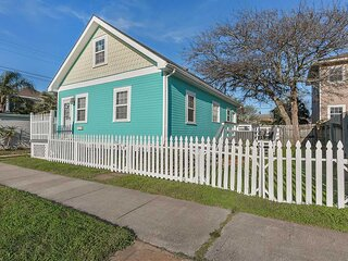 NEW! Galveston 'Blue Bungalow' - Walk to Beach!