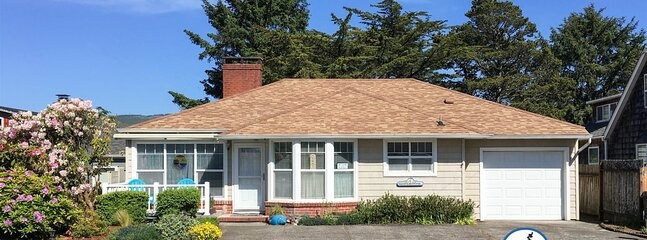 GETAWAY COTTAGE at Seaside Beach: Near Ocean- Pet Friendly  HOT TUB 400ft To Bea