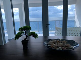 Paradise Beachfront Villa A, 3 bedroom/2bath, walk to beach,WiFi, full A/C,kayak