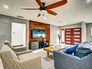 Gulf Gate, Saltwater Heated Pool Home, Updated and stunning!, Lanai with TV & BB