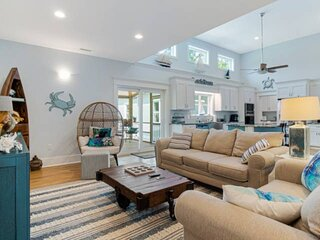 Newly Listed! Short Drive To Waterfront Restaurants,Spacious Backyard Screened P