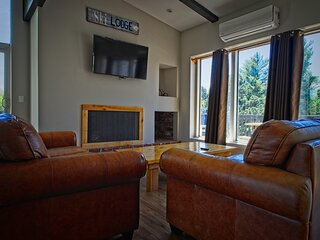 Blue Mountains 6 Bedroom Chalet w/Hot Tub 8R