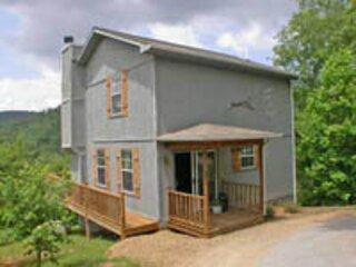 The Azalea Cabin - Laurel Mountain Cabins - Beautiful Mountain Views!, location de vacances à Hiawassee