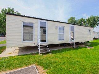 Lovely 8 berth caravan at Seawick Holiday Park in Essex ref 27002HV