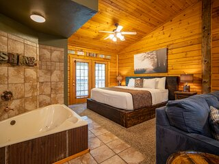 '417 Dirt Road' Cabin for Two - Soaking Tub, Gas Fireplace, Covered Balcony