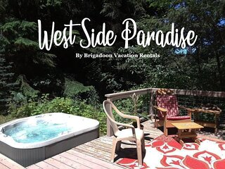 West Side Paradise: Woodsy, pet friendly, hot tub, free wifi