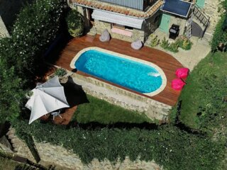 Vue, piscine privée chauffée, calme et confort.