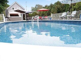 Jamestown: Cozy Cottage Near Town Sleeps 8 W/Pool and Hot Tub