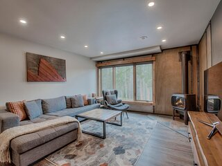 Ski-In/Out Townhouse, w/ Hot Tub & Beautiful Mountain Views!