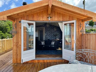 Cosy Lodge with Private Hot Tub in Tottergill Farm
